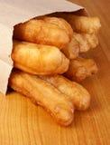 去袋子褐色酥脆crullers纸张作为 库存图片