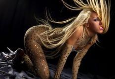 去跳舞飞行女孩极大的头发 免版税库存图片