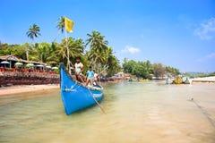 去钓鱼的渔夫与传统小船。 免版税图库摄影