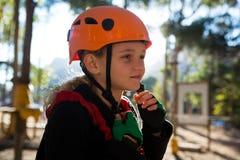 去除她的安全帽的小女孩在一个晴天 免版税库存图片