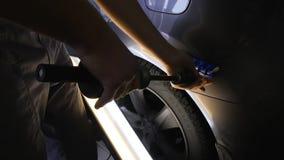 去除的凹痕热的胶浆棍子没有绘画 Paintless凹痕修理撤除 影视素材
