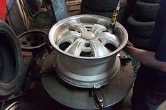 去除轮胎与轮胎更换者机器 免版税库存照片