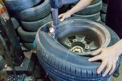 去除轮胎与轮胎更换者机器 免版税图库摄影
