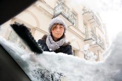 去除雪视窗的汽车 免版税库存照片