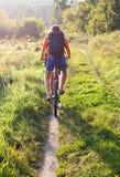 去骑自行车者距离骑马路 库存图片