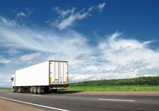 去高速公路加速的卡车白色 免版税库存照片