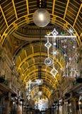 县拱廊在维多利亚区,利兹市中心,英国 购物中心为圣诞节装饰 库存图片