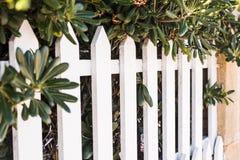 县样式白色木篱芭 在透视的白色篱芭 免版税库存照片