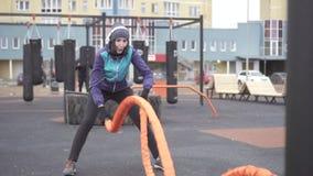 参与与绳索在街道操场,缓慢的mo的crossfit女子运动员 股票录像