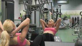 参与健身房运动员金发碧眼的女人 股票视频
