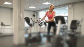 参与健身房运动员金发碧眼的女人 股票录像