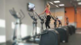 参与健身房运动员金发碧眼的女人 影视素材