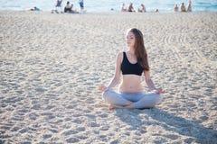 参与健身瑜伽美丽的女孩 库存图片