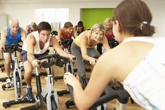 参与在健身房的转动的类的小组 库存照片