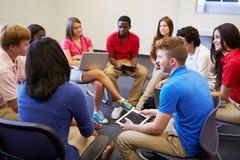 参与在小组Discussi的高中学生 免版税库存照片