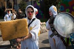参与在米兰小丑节日的执行者2014年 免版税库存图片