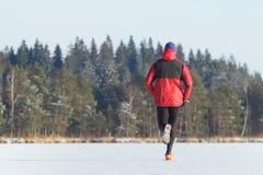 参与在足迹连续种族的运动员室外在冬天 免版税图库摄影