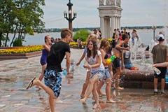 参与在水中的青年人在伏尔加格勒打仗flashmob 免版税库存图片
