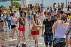 参与在水中的青年人在伏尔加格勒打仗flashmob 免版税图库摄影