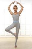 参与瑜伽、锻炼或者健身美好的性感的白肤金发的完善的运动微小的图,带领一种健康生活方式,穿戴  免版税图库摄影