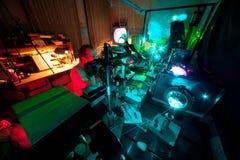 参与研究科学家对他的实验室 库存照片