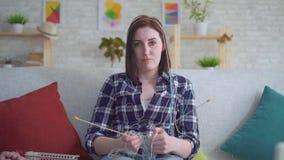 参与编织笨拙的年轻女人 影视素材