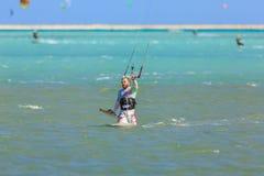参与风筝冲浪人们 免版税库存图片