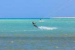 参与风筝冲浪人们 免版税库存照片