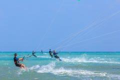 参与风筝冲浪人们 图库摄影
