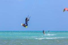 参与风筝冲浪人们 库存图片
