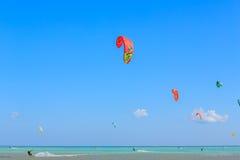 参与风筝冲浪人们 库存照片