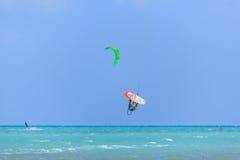 参与风筝冲浪人们 免版税图库摄影