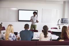 参加在校园里的大学生演讲 库存图片