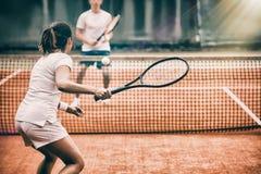 参加在法院的网球员一场比赛 库存照片