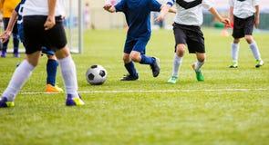 参加在运动场的少年足球运动员比赛 库存照片