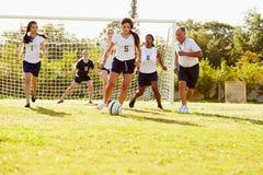 参加比赛的女性高中足球的成员 免版税图库摄影