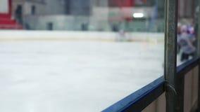 参加比赛,球员身体的反对的曲棍球队检查滑冰场的对手 影视素材