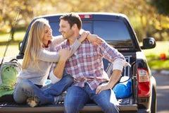 参加的夫妇拾起卡车野营假日 免版税图库摄影