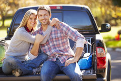 参加的夫妇拾起卡车野营假日 图库摄影