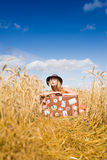 参加的帽子的年轻美丽的浪漫妇女  免版税库存照片