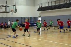 参加篮球比赛的孩子