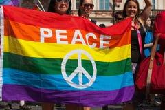 参加者和观众在布拉格骄傲游行 免版税库存照片