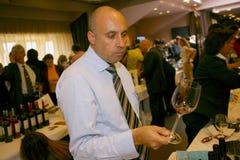 参加者和访客vinitaly意大利酒和食物的制造者和供应商的企业陈列的 库存照片