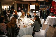 参加者和访客vinitaly意大利酒和食物的制造者和供应商的企业陈列的 免版税库存照片