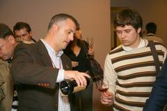 参加者和访客vinitaly意大利酒和食物的制造者和供应商的企业陈列的 免版税库存图片