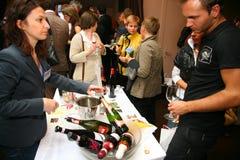 参加者和访客vinitaly意大利酒和食物的制造者和供应商的企业陈列的 免版税图库摄影