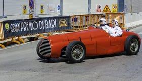 参加者在他的在竞争的赛车在历史的再制定 库存照片