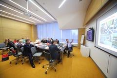 参加者在桌上看企业早餐的委员会 图库摄影