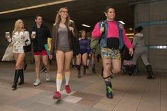 参加者在没有裤子的地铁 免版税库存照片