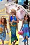 参加者在第34次每年美人鱼游行前进在科尼岛 图库摄影